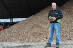 Martien Broekman met zijn schone gedroogde houtsnippers